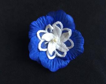 Broche florale bleue et blanche perle nacrée blanche