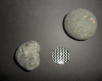 black and white zig - zag pattern glass cabochon, round 25 mm