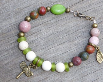 Bracelet stone and glass, ivory, ecru, pink and green, dragonfly and leaf charms