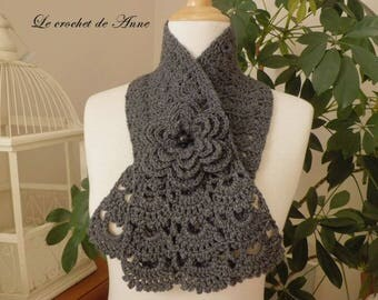 Scarf in dark gray, adorned with a flower brooch!