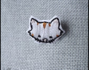 White red striped cat brooch