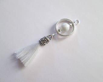 breloque boho perle blanche, pompon coton  59 x 17 mm
