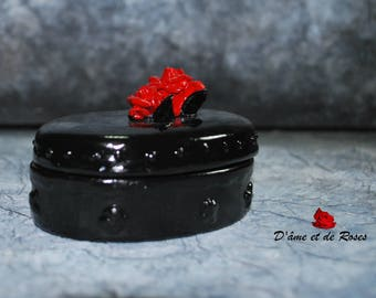two oval black box red roses
