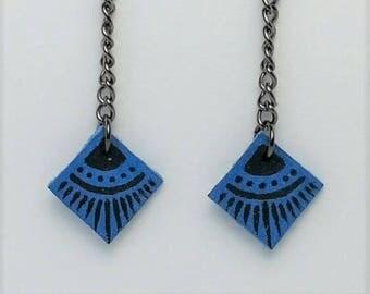 Boucles d'oreille à pendant carré en cuir bleu à motif dessiné à la main