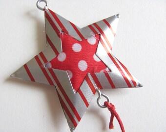 Petite étoile en métal argenté au coeur en tissu rouge et blanc avec perles à suspendre pour Noël