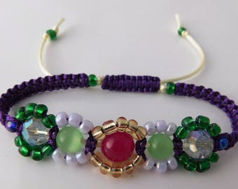 Eyecatching crystal and stone macrame expandable bracelet.