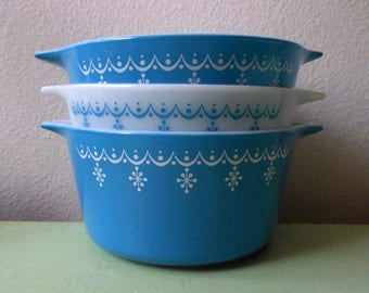 Vintage 60s 70s Snowflake Blue Pyrex Casserole Dish, 1960s 1970s Blue and White MCM Mid Century Kitchen Ovenware