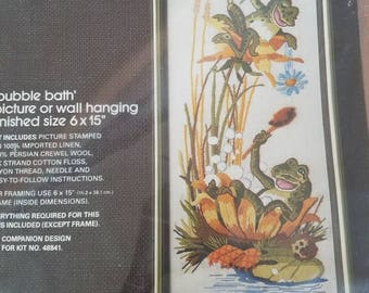 Marque Bucilla Needlecraft grenouille bain moussant Kit NOS Vintage ouvert Kitsch tapisserie