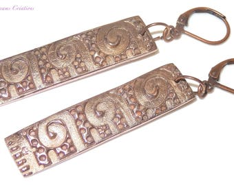 Modern and unique earrings, in light copper, luminous reliefs, artisan creation