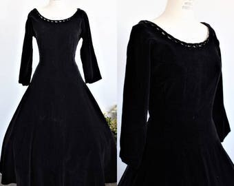 Vintage 1950s Black Velvet Dress / 50s New Look Party Dress / Fit and Flare / Circle Skirt / Gothic Clothing / Full Skirt