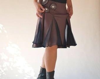 skirt is pleated, split, broderiee in jesey