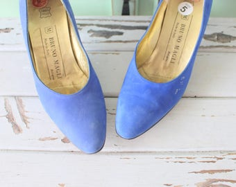 Vintage DESIGNER SUEDE Heels.designer. suede. shoes. pumps. designer vintage. blue leather. classic. mod. 1980s glam. navy. blue suede shoes