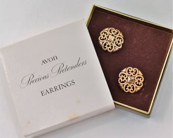 Vintage 1971 Signed Avon Precious Pretenders Goldtone Gold Tone Filigree Scroll Clip On Earrings in Original Box NIB
