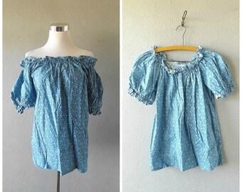 memorial floral off shoulder blouse   vintage 70s blue white flower top size l/large summer hippie boho dresses sundress 1970s cotton hippy