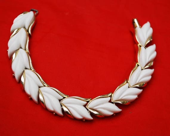 Kramer Leaf Link Bracelet - White Thermoset- Vintage plastic -Light gold tone metal - Mid century bangle