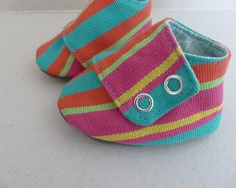 chaussons espadrille 0/3 mois coton rayé orange, rose, vert et jaune avec une semelle en jersey gris, doublé en coton vert