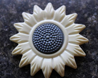 celluloid daisy button. large 2 1/8 inch diameter white daisy with blue center 1920 or earlier sewing supply excellent condition