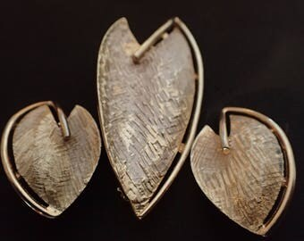 Vintage Gold Toned Brooch and Clip Earring Set T-4