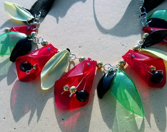 Necklace of passion Hand made of plastic Bright and fashionable decoration A game of light in plastic