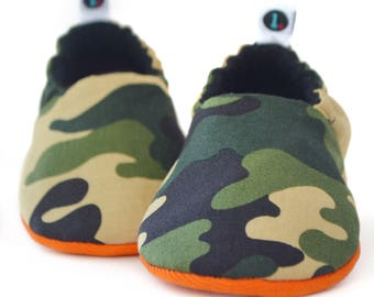 Camouflage Baby Booties:  camo baby shoes | green baby shoes | gender neutral | baby girl | baby boy | newborn | baby shower gift