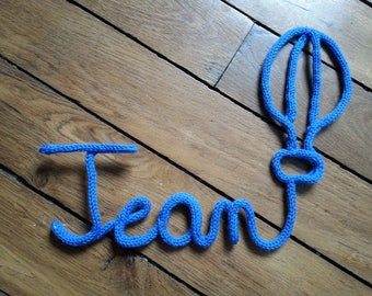 shaped balloon and name in knitting / wool