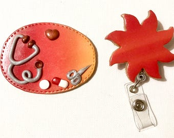 BADGE + PORTE CISEAUX soleil Infirmière etc.... Thème Stéthoscope et comprimés,   sur  fond rouge orange dégradé
