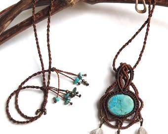 Macrame Necklace Natural Tibetan Turquoize & Jungle Rooster cruelty free feathers / Collier Macrame turquoise tibetaine naturelle