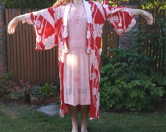 1940s 1950s red and pink patterned silk kimono // osfm