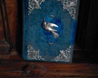 Album photo Art Nouveau en velours bleu et ornements argentés en métal avec un oiseau et pointes d'acioer
