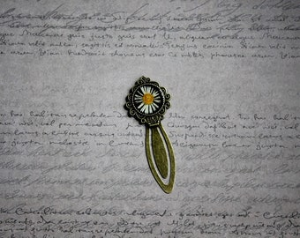 Vintage round, resin and dried daisy flowers bookmarks