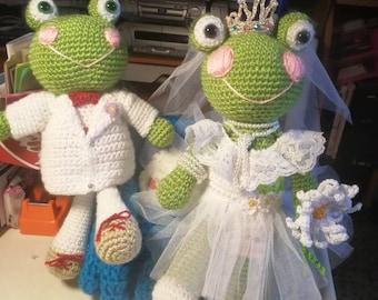 Amigurumi frog. Bride and groom