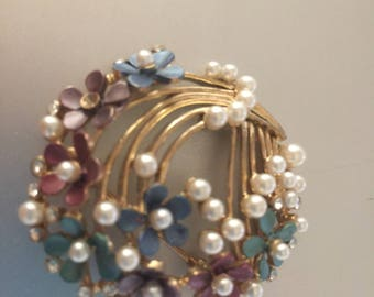 Vintage Pin Daises and Faux Pearls