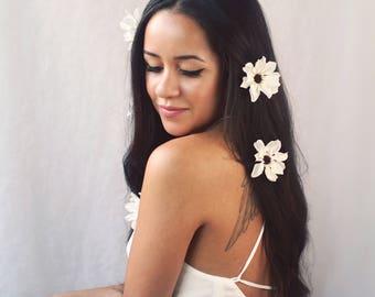 Daisy hair pins, bridal hair clip set, white flower clips, wedding hair pins, retro bride, daisy hair accessories, flower clips, 60s bride