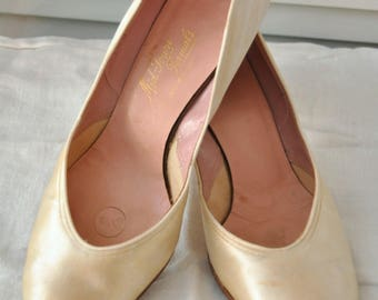 Vintage 40s-50s Ivory Satin Wedding Shoes Womens Mid-Kitten Heel Mid-Town Formals Round Toe Bridal Costume Pageant 7 1/2B Pumps as is