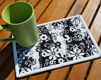 Black and White Quilted Mug Rug: floral Dresden wedge reversible mug rug, black and white décor, cottage chic snack mat, quilted candle mat