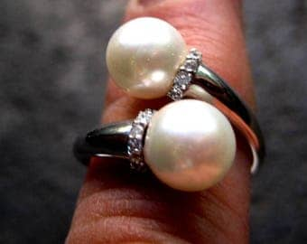 contrary ring with pearls in gold