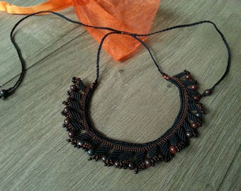 Macrame and mottled stone collar: General color Brown and black - adjustable length. Brown and black macrame necklace with stone beads.