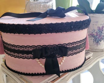 """Box style baroque, pink blush and lace black in the """"Miss Eugenie"""" collection"""