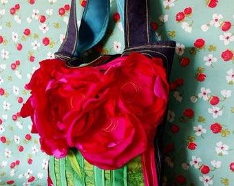 Bolso Circolor de mezclilla con flores de tela