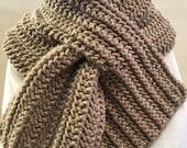PDF Pattern UNISEX Keyhole Scarf Easy Pattern Knit Tutorial, Chunky Scarf, Hand Knit Scarf