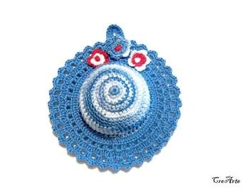 Blue crochet hat pincushion, Cappellino puntaspilli blu all'uncinetto