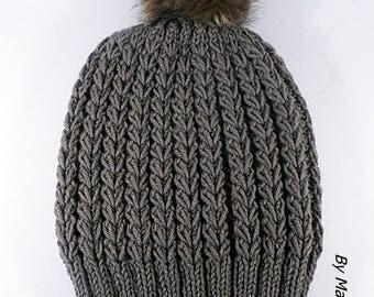 Bonnet femme tricoté main joli point de coeur fil doux laine et alpaga taupe et son pompon fausse fourrure marron