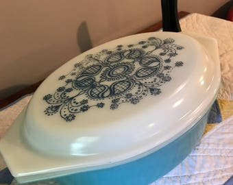 Vintage pyrex 2.5 Qt casserole dish with lid in rare pattern Blue Dolly