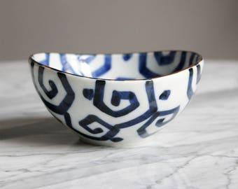 Small bowl Japanese ceramic oval pattern Uzu (size S)