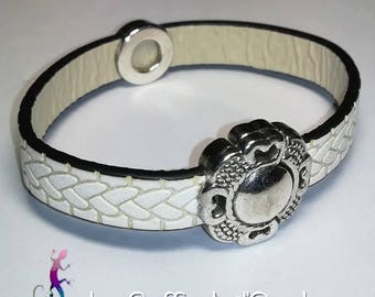 Bracelet made of white leather with magnetic clasp and silver triskelion