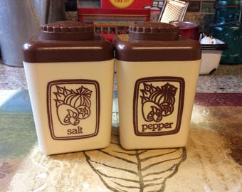 Salt & Pepper Shakers / Plastic/Brown / Tan