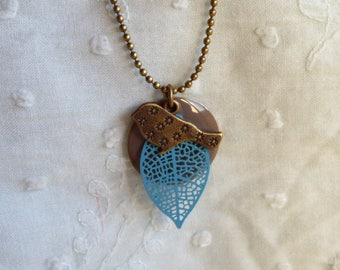 Filigree leaf pendant necklace