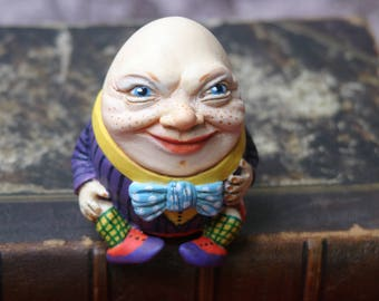 Figurine Humpty Dumpty.Alice's Adventures in Wonderland.Humpty Dumpty and Alice. Humpty and Alice. Through the Looking Glass. Lewis Carroll