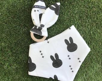 Pack cadeau bébé - coton bio - monochrome bunnies | 1 lapin de dentition + 1 bavoir bandana