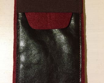 Cell phone case / pouch of leather, felt and elastic closure